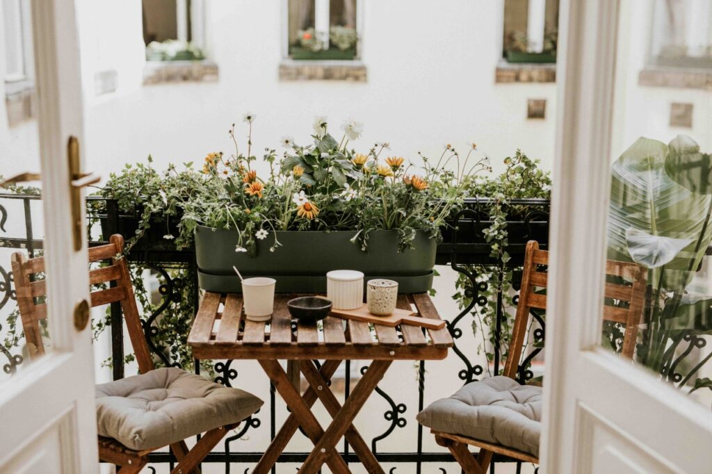 Helyezz virágkaspót az erkélyre, mert növények között a reggeli kávé is jobban esik majd!